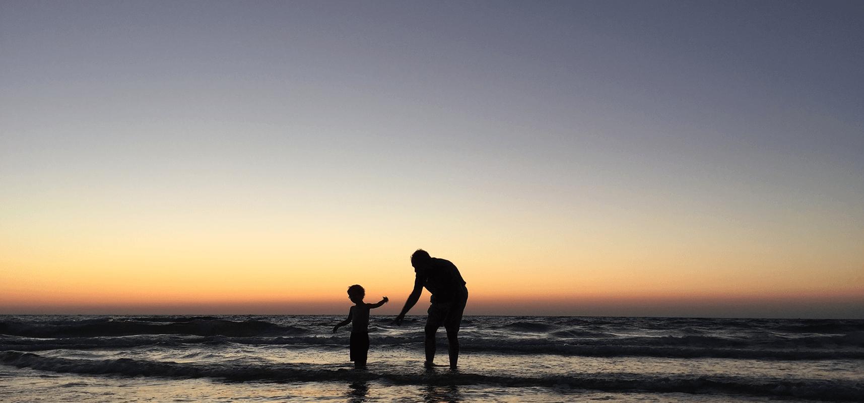 Grand-père et son petit fils sur la place entrain de s'amuser