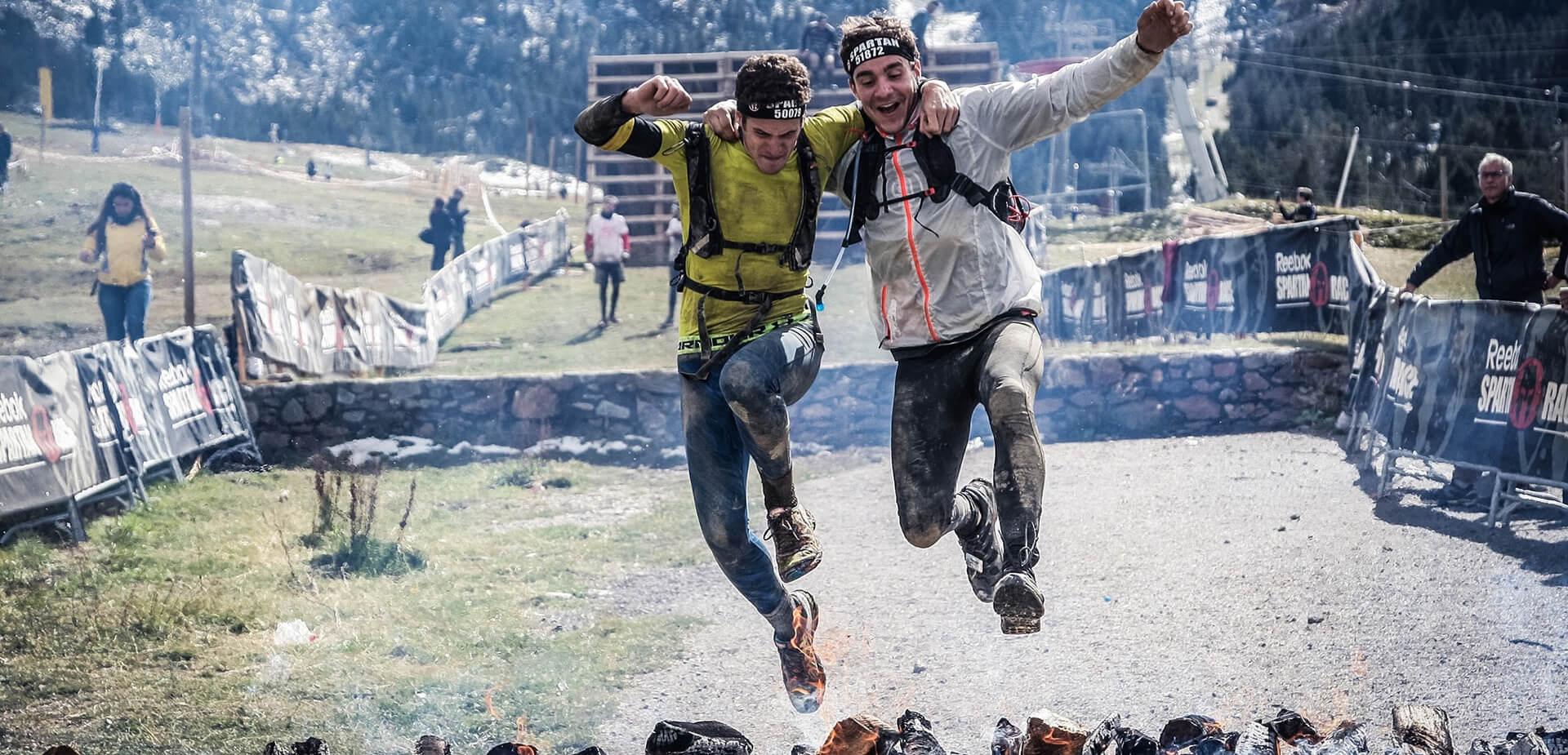 Duo de sportifs faisant une course à obstacle